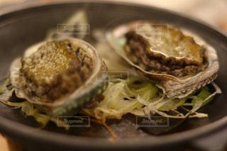 板の上に食べ物のボウルの写真・画像素材[882402]