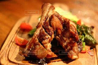 近くに肉と野菜料理のプレートのアップの写真・画像素材[930984]