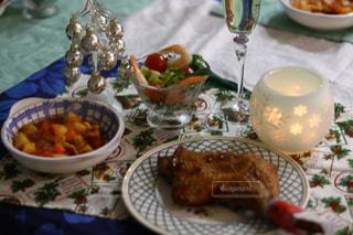 テーブルな皿の上に食べ物のプレートをトッピングの写真・画像素材[932543]