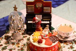 テーブルの上に座ってケーキの写真・画像素材[932551]