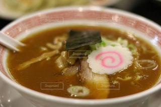 スープとスプーンのボウルの写真・画像素材[946309]