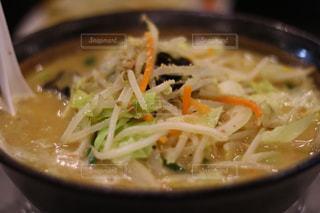 スープとスプーンのボウルの写真・画像素材[946311]