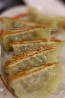 近くにプレートの上に食べ物のアップの写真・画像素材[946312]