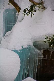 雪の中に立っている男の人の写真・画像素材[972574]