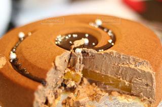 近くにチョコレート ケーキ皿の上の部分のアップの写真・画像素材[975851]