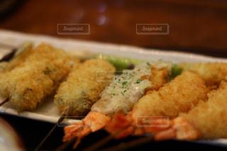 近くにフォークで食べ物のプレートのアップの写真・画像素材[980787]