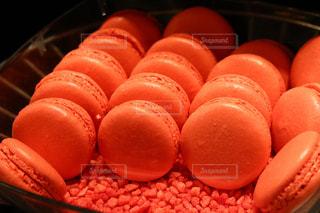 テーブルの上のオレンジのボウルの写真・画像素材[1044259]