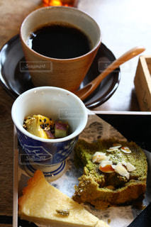 食品とコーヒーのカップのプレートの写真・画像素材[1064657]
