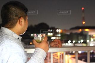ワインのグラスを持って男は、の写真・画像素材[1119003]