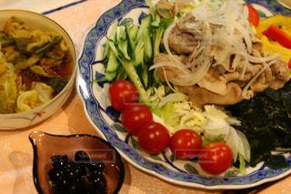 テーブルの上に食べ物のプレートの写真・画像素材[1127793]