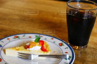 食べ物やビール、テーブルの上のガラスのプレートの写真・画像素材[1166357]