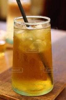 近くの木製のテーブルの上のビールのグラスをの写真・画像素材[1166359]