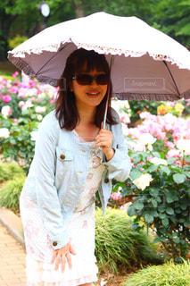 ピンクの傘を持った女性の写真・画像素材[1178109]