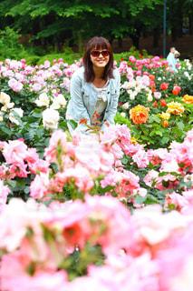 ピンクの花の人が庭にの写真・画像素材[1178112]