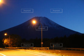 背景の山と光の停止の写真・画像素材[1179436]