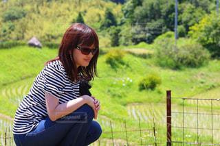 フィールドに座っている女性の写真・画像素材[1224343]