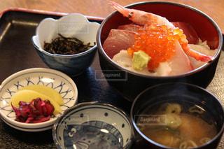 テーブルの上に食べ物のボウルの写真・画像素材[1239165]