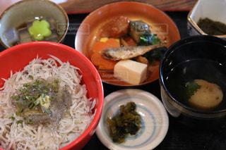 テーブルの上に食べ物のボウルの写真・画像素材[1257996]