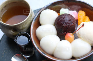 食品とコーヒーのカップのプレートの写真・画像素材[1266842]