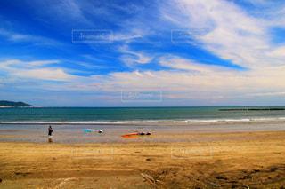 浜辺で海の横にある人々 のグループの写真・画像素材[1267269]