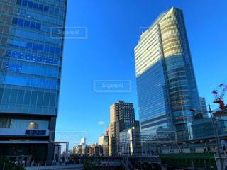 背景の高層ビル街の景色の写真・画像素材[1274004]