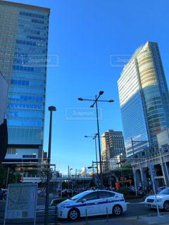 近くに忙しい街の通りのの写真・画像素材[1274005]