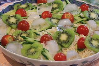 新鮮なフルーツと野菜のプレートをいっぱいの写真・画像素材[1283074]