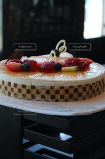 テーブルにバースデー ケーキのプレートの写真・画像素材[1287772]