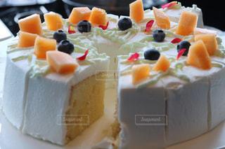 近くに皿の上のケーキのスライスのアップの写真・画像素材[1287784]