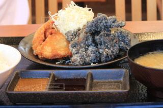 テーブルの上に食べ物のボウルの写真・画像素材[1290726]