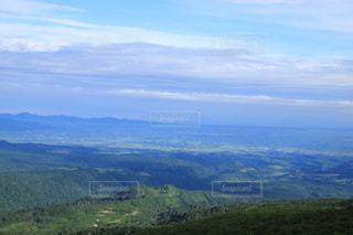背景の大きな山のビューの写真・画像素材[1303370]