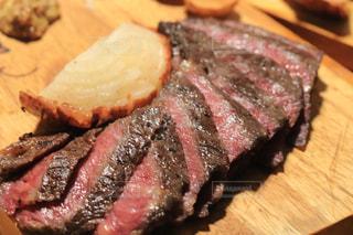 まな板の上の肉の部分の写真・画像素材[1317280]