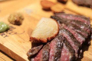 木製まな板の上の肉の部分の写真・画像素材[1317281]