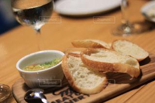 木製のテーブルの上に座ってサンドイッチの写真・画像素材[1317282]