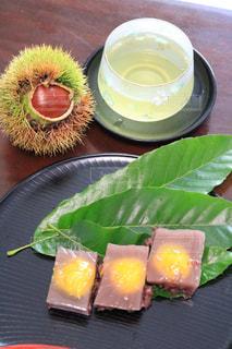 食品やコーヒー テーブルの上のカップのプレートの写真・画像素材[1415050]