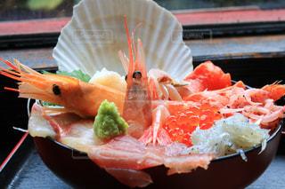 テーブルの上に食べ物のプレートの写真・画像素材[1531478]