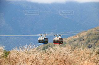 フィールド上空を飛ぶヘリコプターの写真・画像素材[1535725]