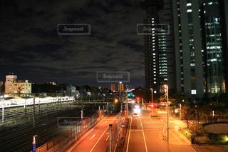 街の通りは夜のトラフィックでいっぱいの写真・画像素材[1618685]