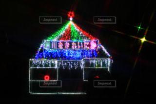 近くに信号機のアップは夜ライトアップの写真・画像素材[1652981]