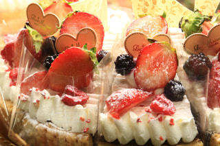 近くにケーキのアップの写真・画像素材[1673395]