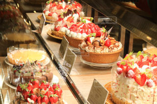 テーブルの上にフルーツとケーキの写真・画像素材[1673396]