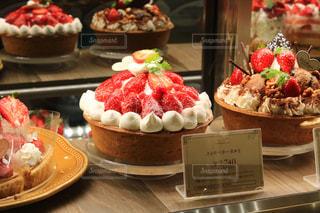 テーブルの上にフルーツとケーキの写真・画像素材[1673487]