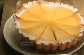 近くに紙皿にケーキのスライスのアップの写真・画像素材[1673489]