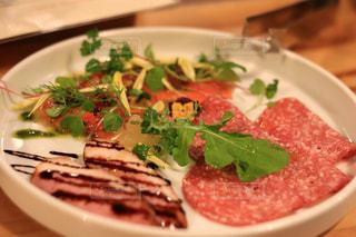 テーブルの上に食べ物のプレートの写真・画像素材[1685229]