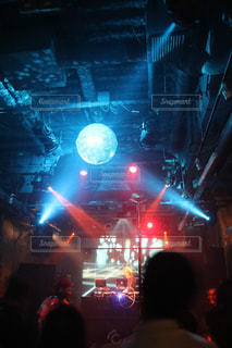 観客の前でステージ上の人のグループの写真・画像素材[1688767]