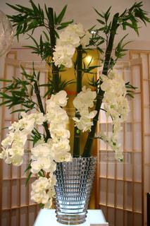 テーブルの上に花瓶の花の花束の写真・画像素材[1700240]