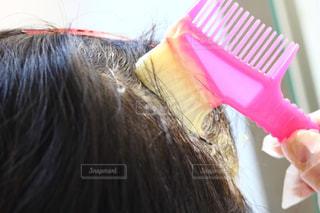 近くに歯ブラシを持ってピンク色の髪を持つ女性のの写真・画像素材[1734799]