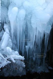 ペリト ・ モレノ氷河の横に雪の山の写真・画像素材[1755067]
