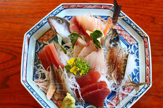 テーブルの上に食べ物のプレートの写真・画像素材[1865329]