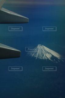 富士山を背景に空を飛ぶ飛行機の写真・画像素材[2369504]